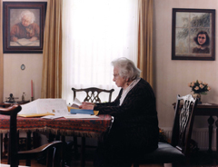 Miep Gies at home reading, Juni 2001. Photo: Bettina Flitner.