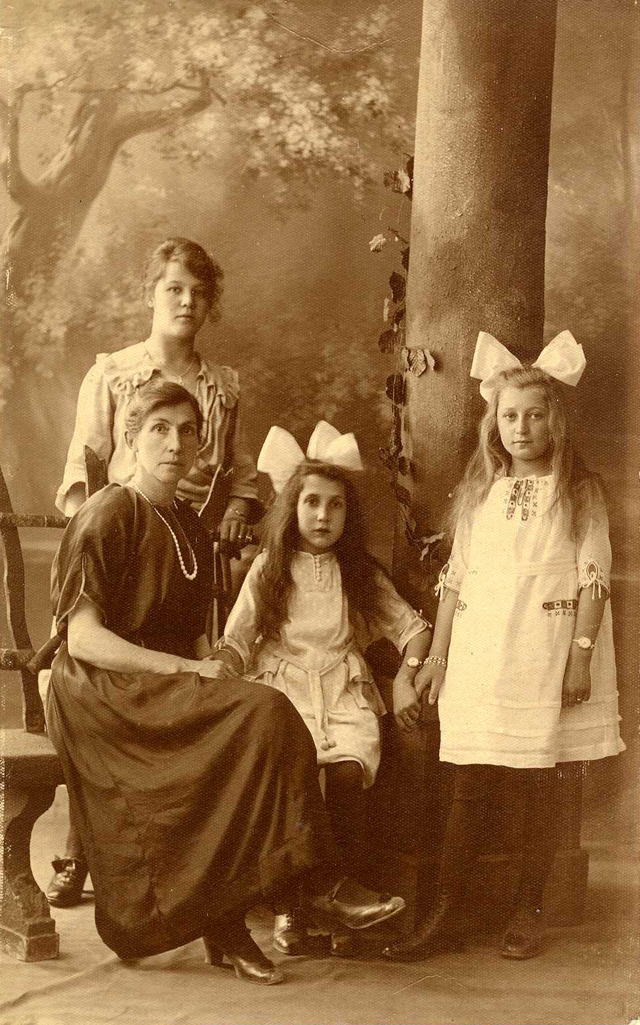 Miep (on the right) around 12 years old, with foster mother in Leiden, around 1921.